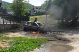 Lauriano, auto in fiamme